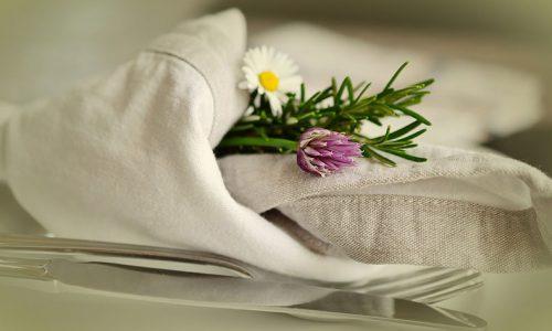 ナイフフォークと布と花