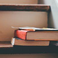 経歴のイメージ・本と階段